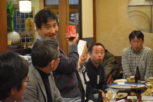 小川さんからの差し入れで頂戴したうにを紹介する幹事・36代藤川さん