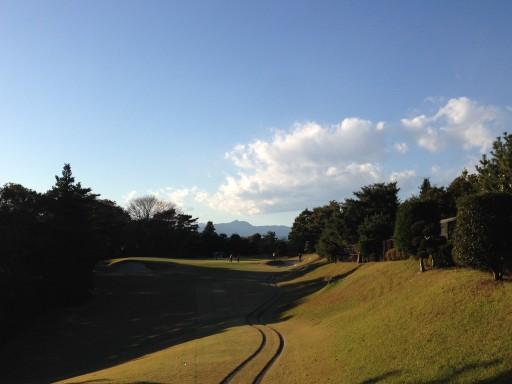 ゴルフ場より奥多摩・御岳山を臨む