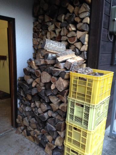 小屋玄関脇の薪