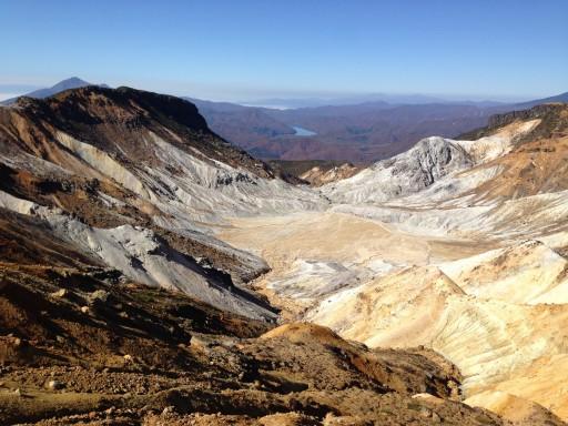 安達太良山と鉄山を結ぶ稜線西側の沼ノ平(噴気口)
