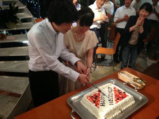 二次会のケーキ入刀