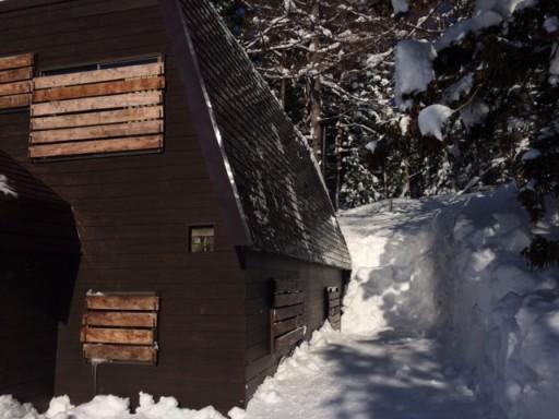 雪掻き後の山小屋