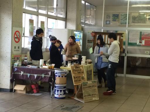 妙高高原駅には、地元の若者が企画した期間限定のコーヒーショップがオープン。あたたかいコーヒーで妙高を訪れる人々をおもてなし