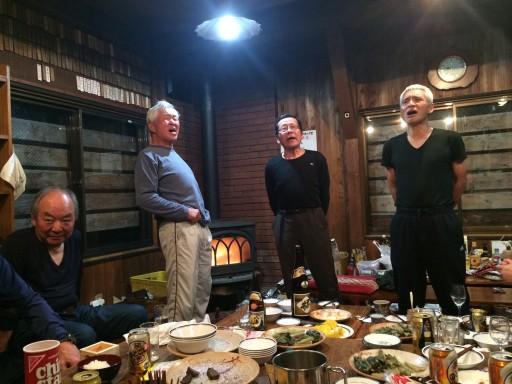 20代吉越OB会長(一番右)の音頭で〆の「ガンバレ節」