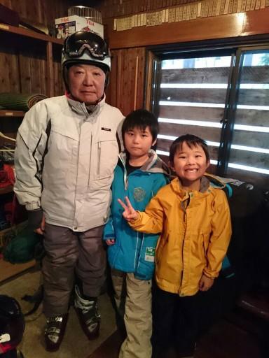藤森スキースクールに入校した50代徐・浅井家の長男・健吾くんと次男・和総くん