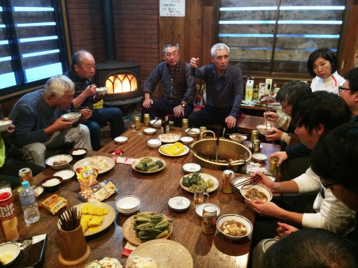 夜の宴会では、18代寺光さんお手製の「すき汁」を堪能。はじめて食べた現役はそのおいしさに感動