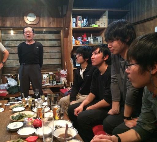はじめての「ワンダラー節」のライブに聞き入る現役4人。右から2年福島、2年洪、1年小濱、1年市川