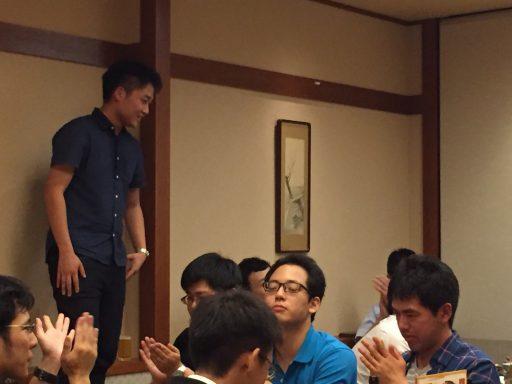 二次会では66代藤田さんが彷徨資金余資より現役部に無線機を寄贈