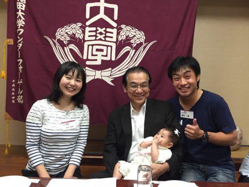 部旗を前に田島部長と57代・61代春田さん夫妻と律子ちゃん(0才4ヶ月)