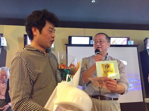 28代石井さんから縁起物のビールラベル贈呈