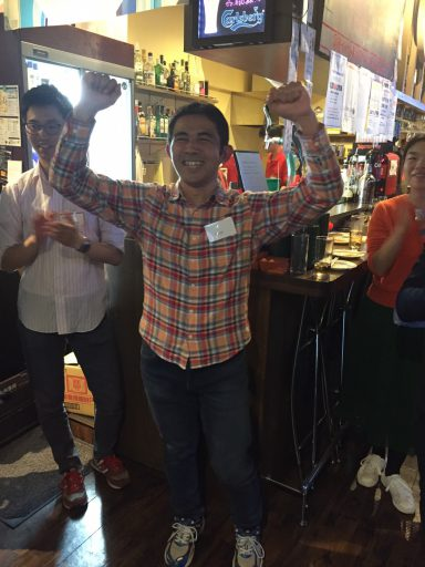 クイズ大会優勝の45代森田さんには山小屋ファミリー年間パスポート(1万円)贈呈