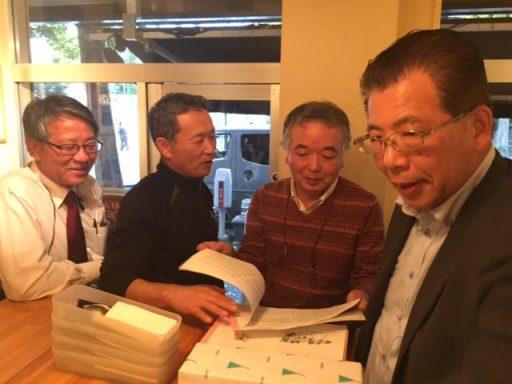 32代佐藤淳さん持参の歌集を懐かしく眺める